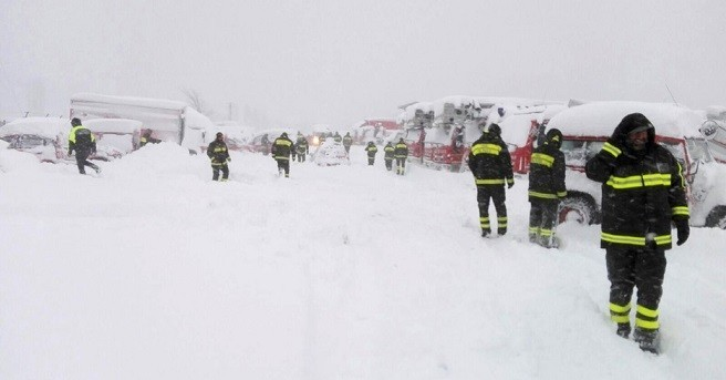 terremotati sommersi dalla neve