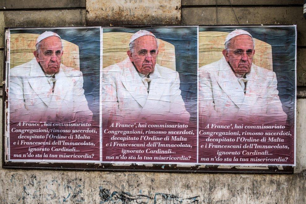 attacchi contro papa francesco