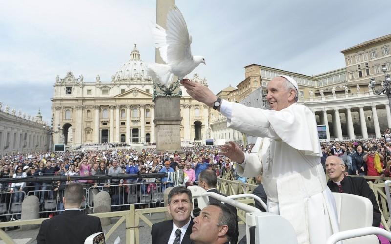 Come amare veramente secondo Papa Francesco: si comincia con Dio