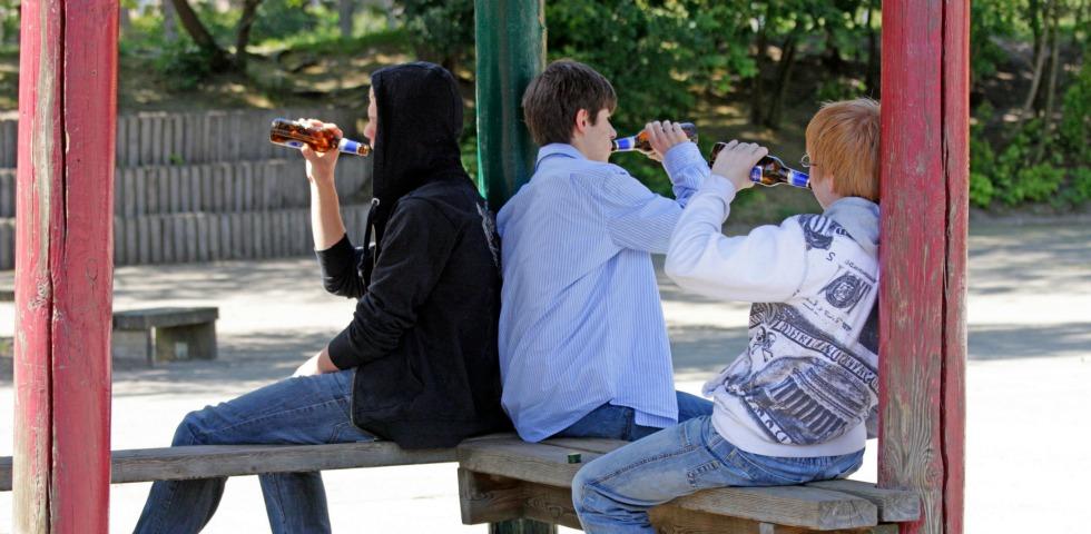 Il silenzio inquietante degli adulti su giovani e alcool
