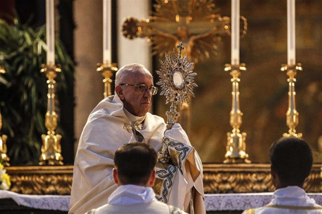 Papa Francesco: ci siamo abituati all'Eucaristia