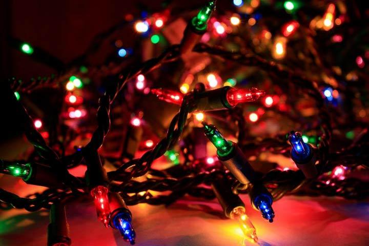 Il natale ogni anno perde una luce colorata