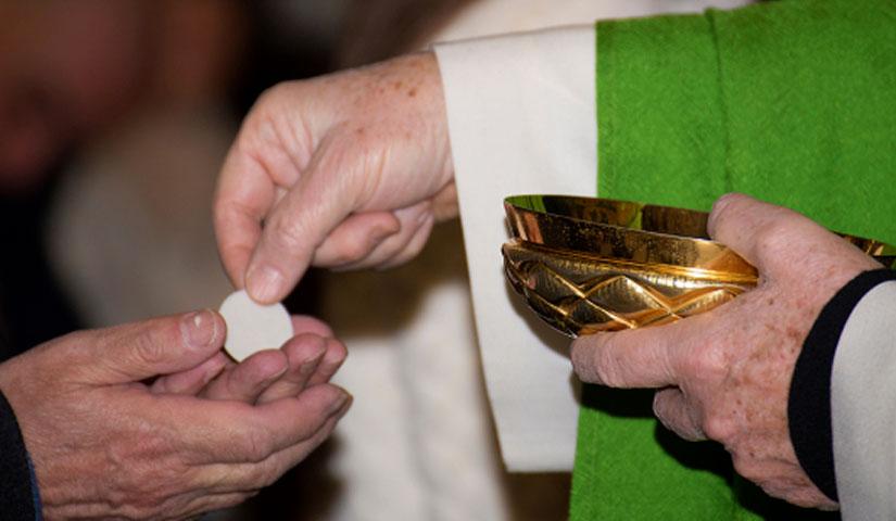 Ricevere la comunione in mano è peccato?