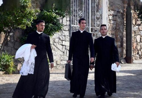 Rispetto per i sacerdoti, tanta preghiera e santa messa quotidiana